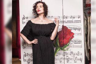 Із червоною помадою і в сукні з оголеними плечима: романтичний образ Наді Мейхер