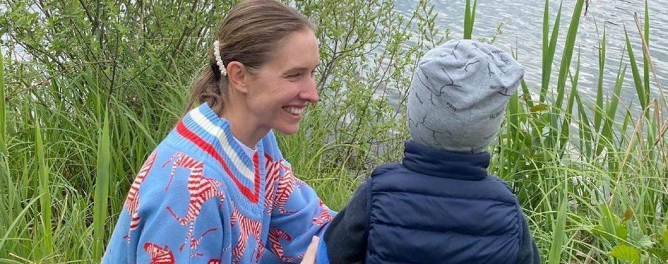 В пуловере с принтом зебр и без макияжа: Катя Осадчая с семьей отдохнула на природе