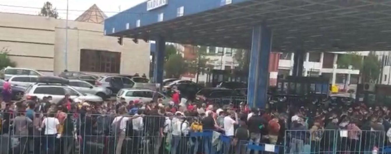 На кордоні Румунії та Угорщини тисячі людей стояли в багатокілометрових чергах