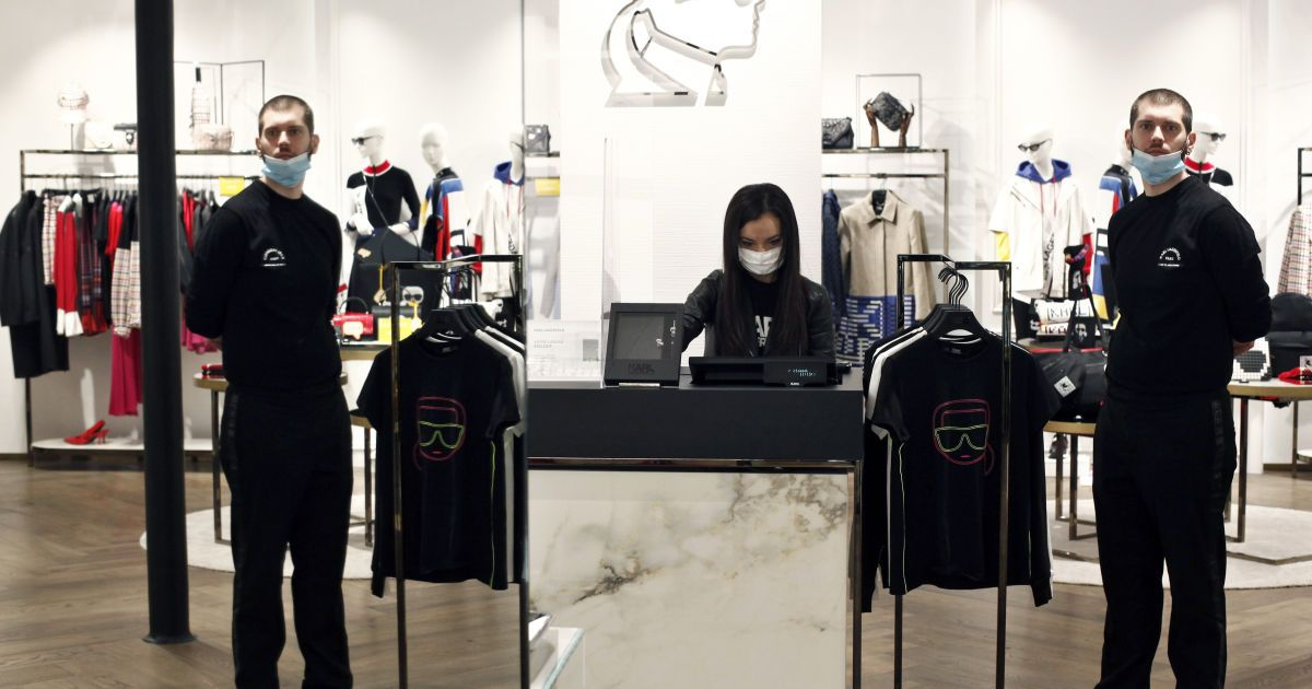 Во Франции открылись магазины одежды.