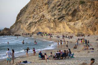 Кухлі наповнюються пивом, а на пляжі повертаються люди: послаблення карантину різних країн у фото