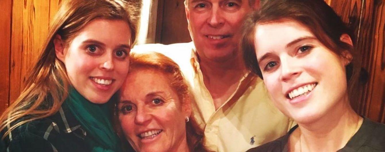 С принцессами Евгенией и Беатрис и бывшим мужем: Сара Йоркская опубликовала милое семейное фото