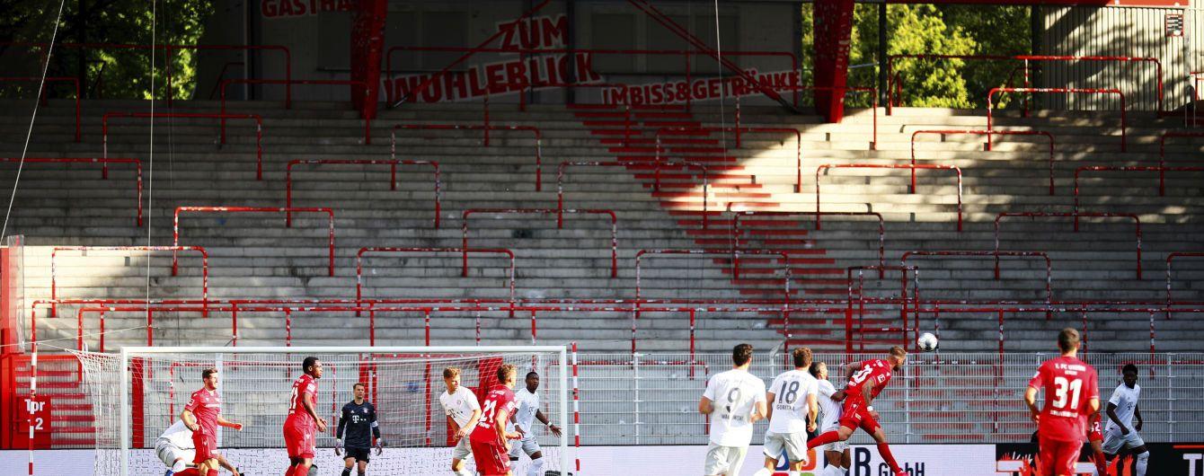 Жага до футболу: у Німеччині фанати залізли на 12-метрове дерево, щоб подивитися матч наживо