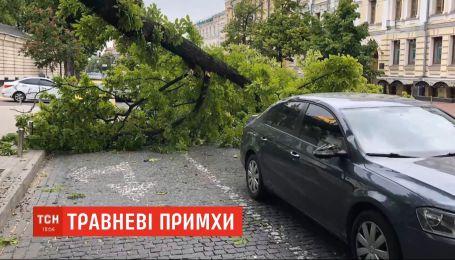 Побите скло та зім'ятий метал: сильні пориви вітру накоїли лиха у столиці