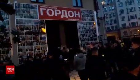 Через інтерв'ю з Поклонською та Гіркіним активісти влаштували акцію біля офісу Дмитра Гордона