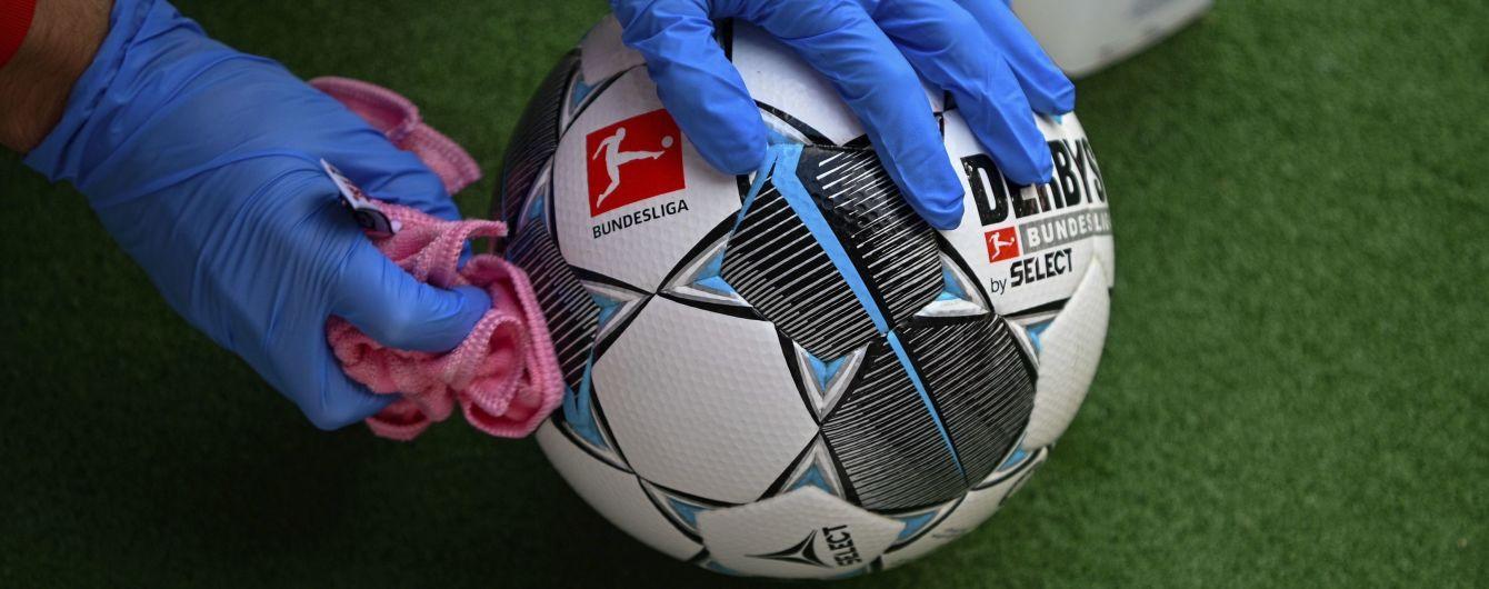 Чудернацькі святкування, копняк та дезінфекція: як у Німеччині провели перші футбольні матчі-привиди після локдауну