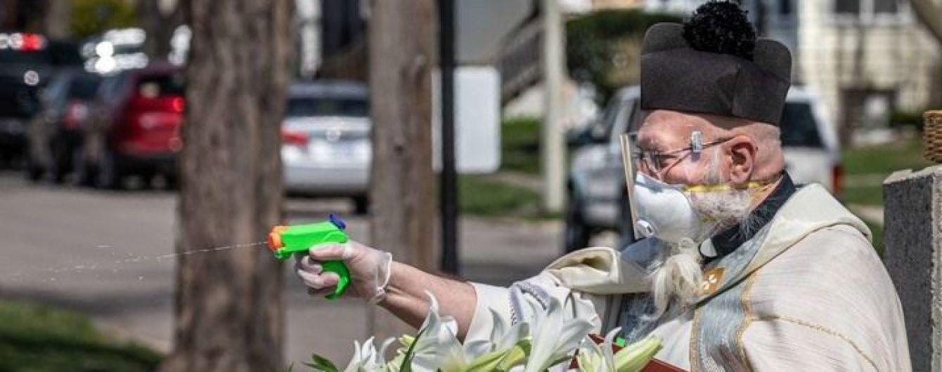 У США священник на Великдень кропив людей освяченою водою з іграшкового пістолета і став мемом