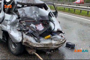 Разрушительная авария под Киевом: грузовик по неизвестным причинам протаранил легковой автомобиль