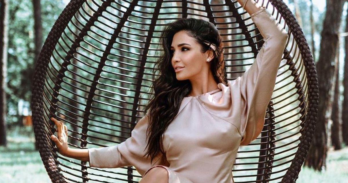 Позировала на подвесном кресле-качалке: Санта Димопулос в пудровом платье сверкнула сосками