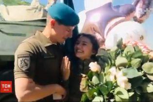 Морской пехотинец сделал предложение своей девушке прямо во время службы