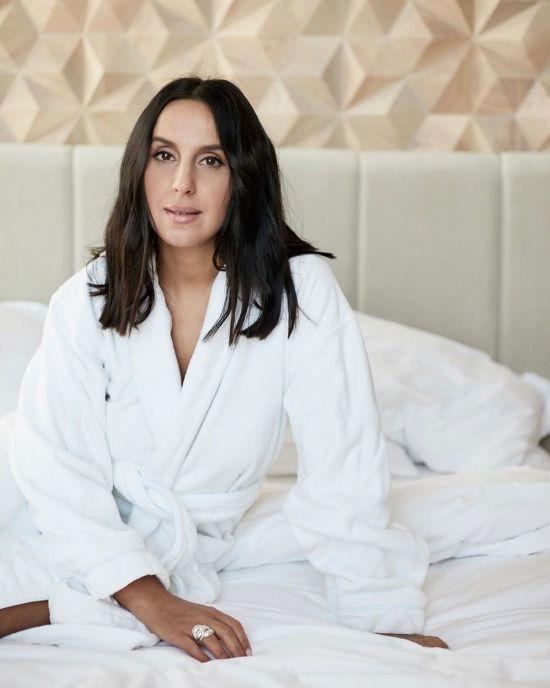 Джамала у халаті на голе тіло романтично позувала у власній спальні