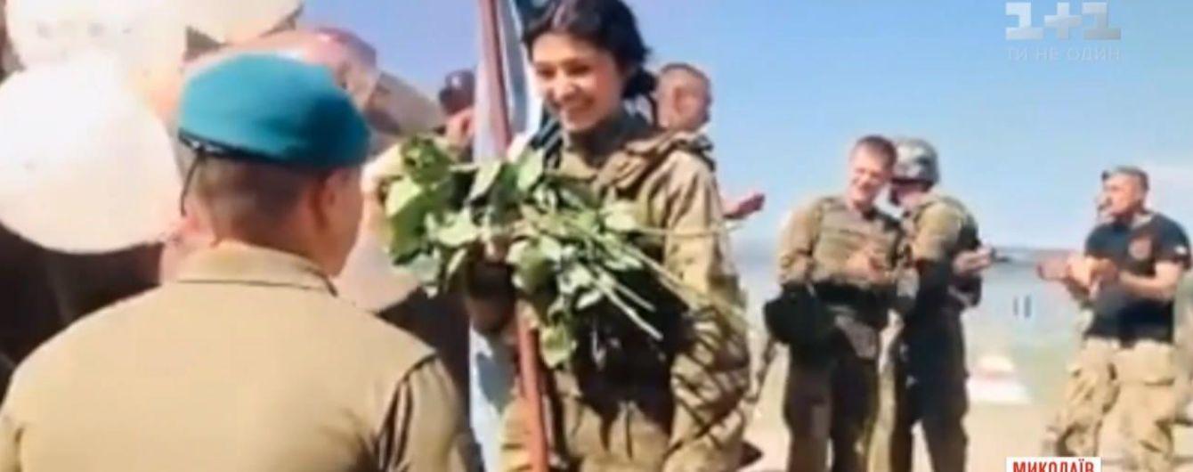 В Николаеве во время службы морпех сделал предложение своей девушке-военной