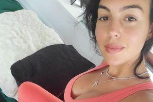 На плечах у любимого: Джорджина Родригес сверкнула пышной грудью