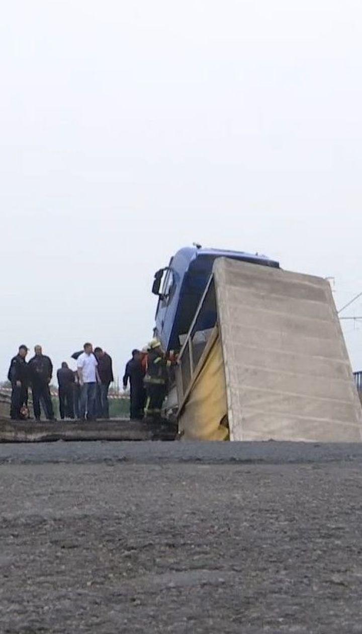 У Дніпропетровській області обвалився міст, причеп вантажної фури полетів у воду