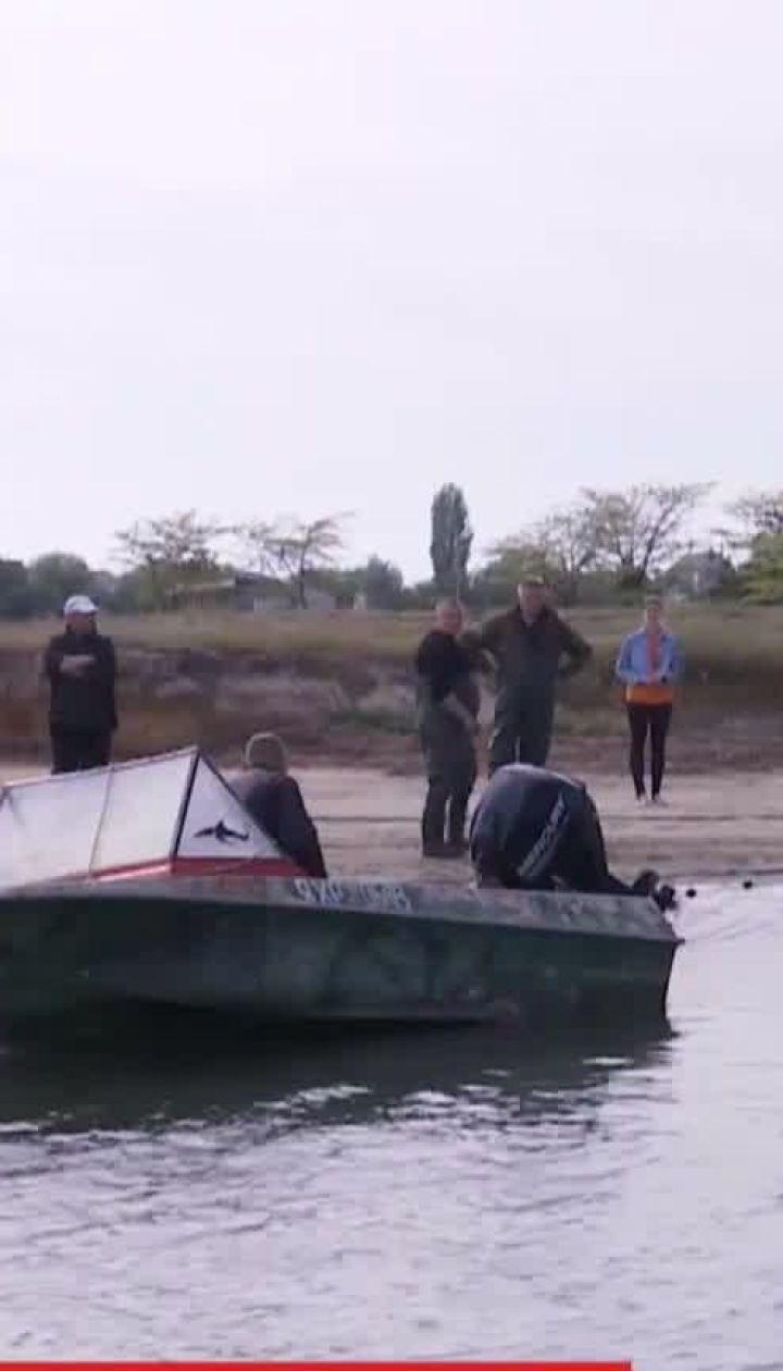 У Херсонській області рятувальники намагаються забрати з мілини у море вже 4 дельфінів