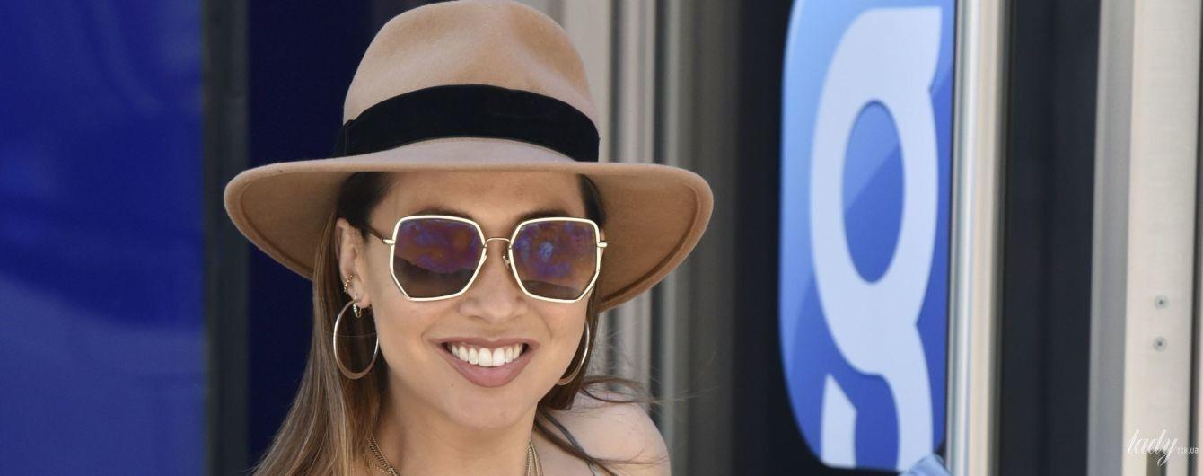 В клетчатом сарафане и шляпе: Майлин Класс продемонстрировала стильный весенний лук