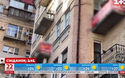 Хостел уничтожает историческое здание в самом центре Киева и работает несмотря на карантин