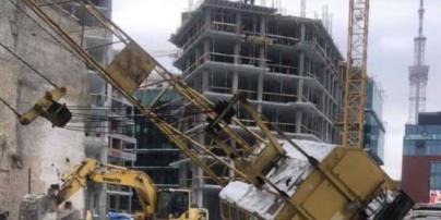У Києві упав будівельний кран