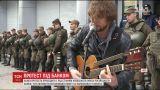 """В Киеве активисты устроили концерт возле отделения российского """"Сбербанка"""""""