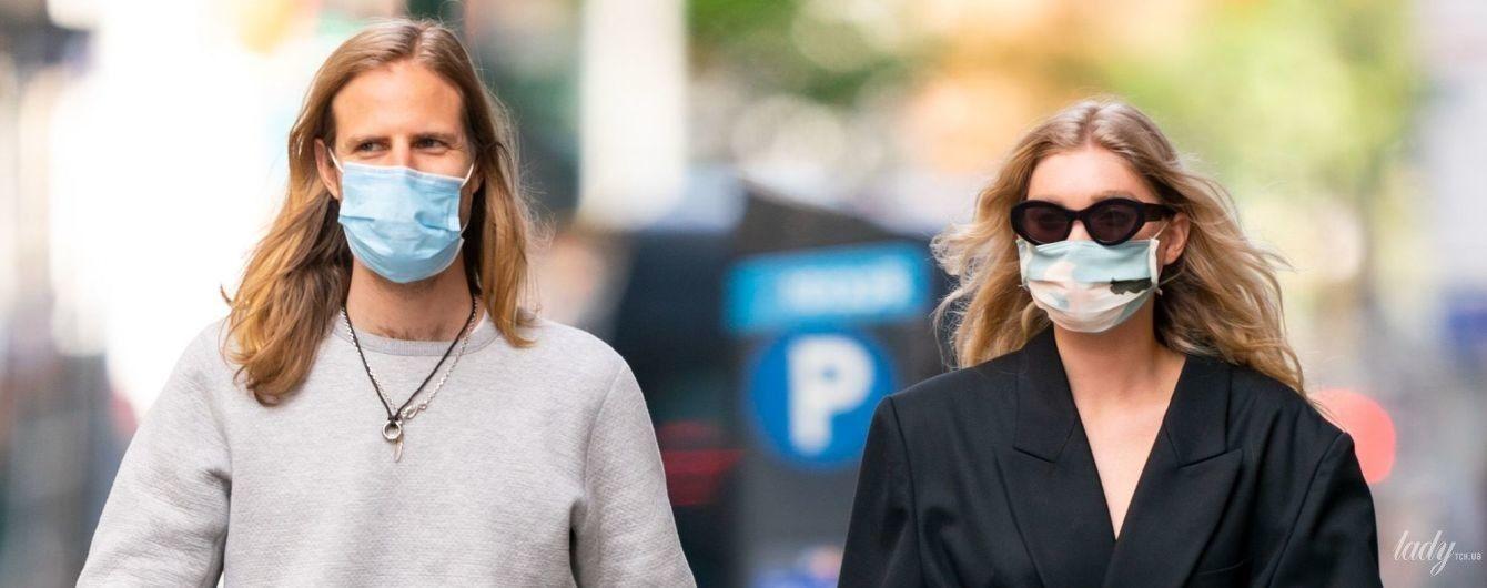 В плаще и за руку с любимым: Эльза Хоск на прогулке в Нью-Йорке