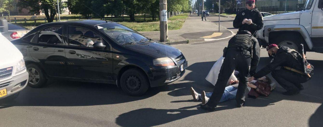 """В Киеве возле станции метро """"Дарница"""" произошло ДТП: под колесами автомобиля оказалась женщина"""