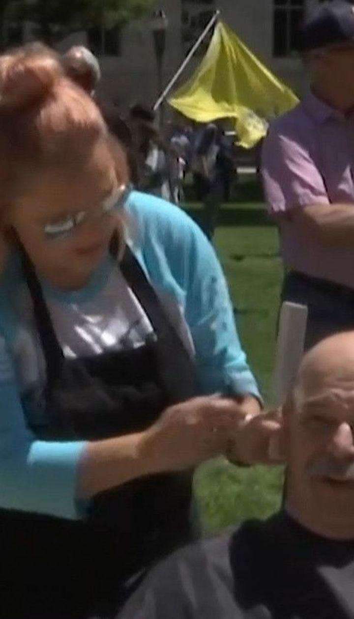 Протест с расческами и ножницами: парикмахеры американского штата Мичиган устроили акцию против карантина