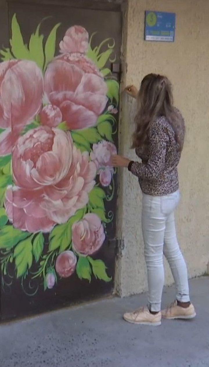 Херсонська художниця, яка залишилася без роботи через карантин, розмальовує двері під'їздів квітами