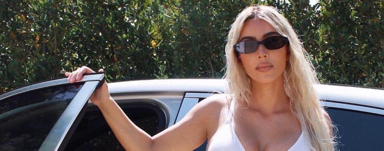 Дерзкая Ким Кардашян в нижнем белье и в чапсах эротично позировала возле машины