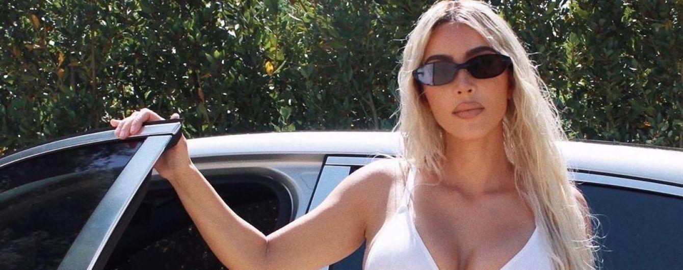 В белом бикини и брюках с пикантными разрезами: эффектный лук Ким Кардашьян