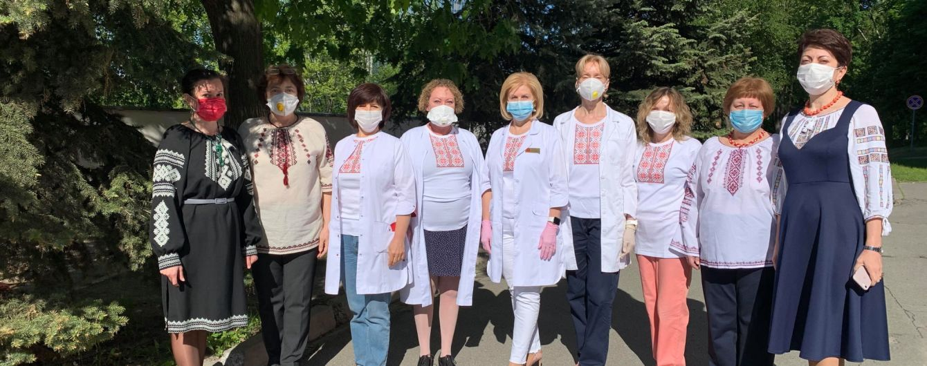Медики з Олександрівської лікарні у Києві виклали відеопривітання з днем вишиванки