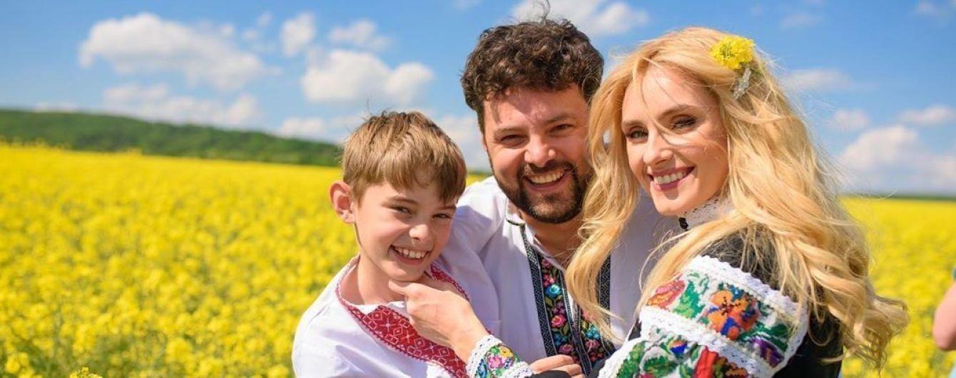 Ирина Федишин очаровала семейной фотосессией в вышиванках