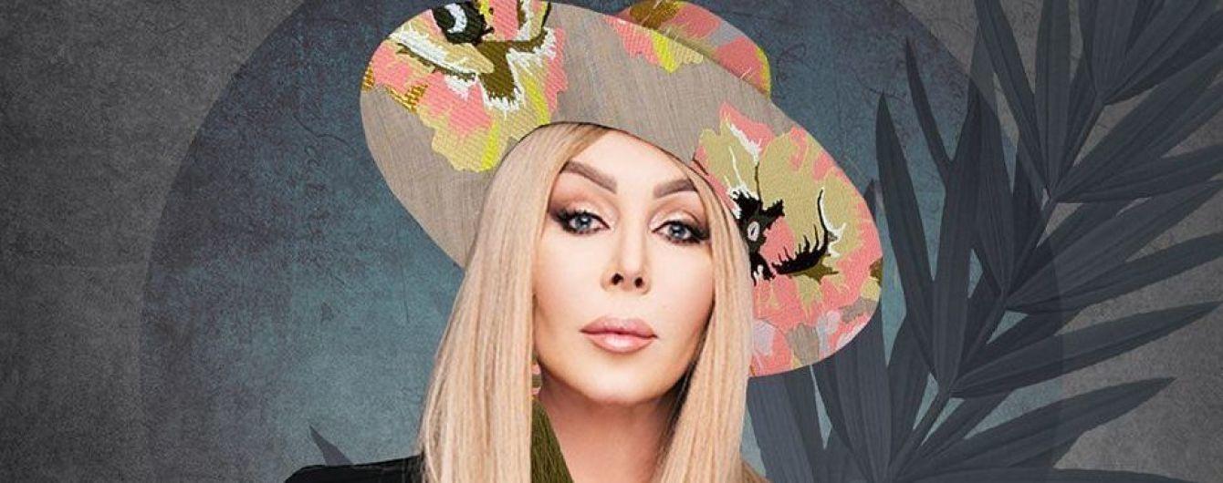 В стильном платье-вышиванке с декольте и шляпе: праздничный образ Ирины Билык