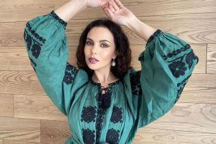 У смарагдовій сукні-вишиванці і з насиченим макіяжем: ефектний аутфіт Насті Каменських