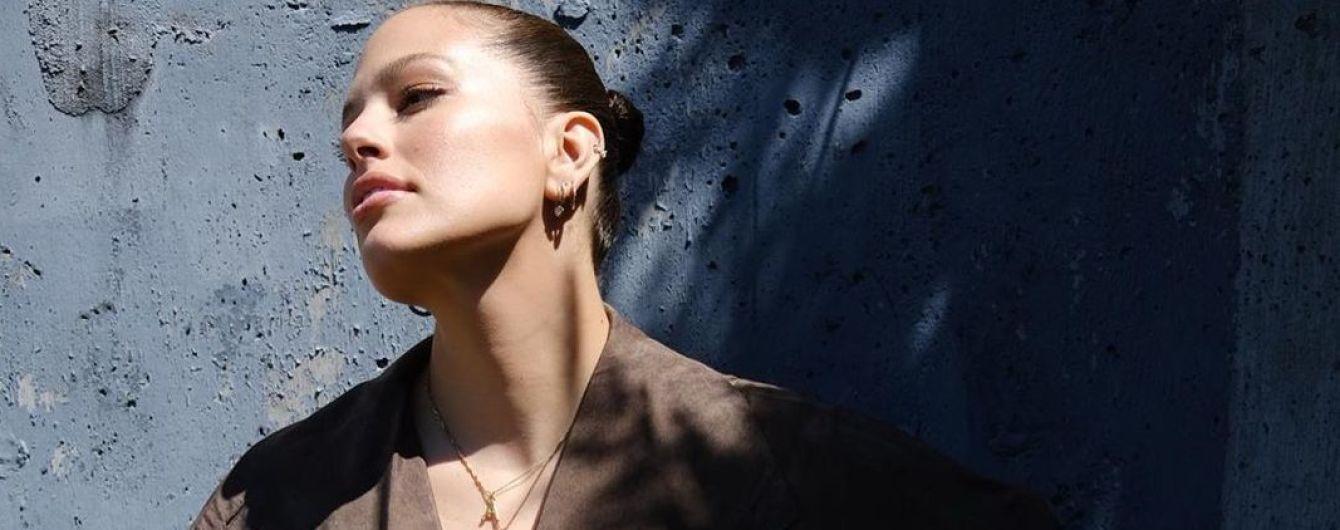 У плащі на голе тіло: Ешлі Грем похизувалася новим луком