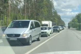 В бік Ірпеня утворився довжелезний затор через дрібні аварії: відео