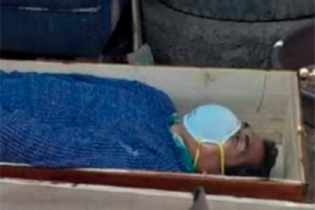 Мэр городка в Перу притворился мертвым, чтобы не платить штраф за нарушение карантина
