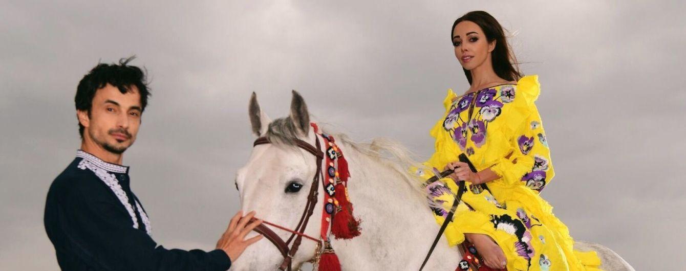 Босонога Катерина Кухар у яскравій вишиванці осідлала коня у полі