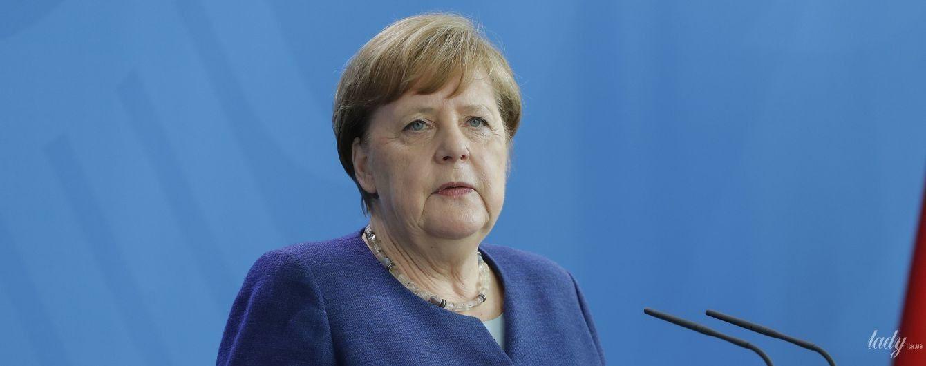 С ожерельем и в жакете темно-лазурного цвета: новый деловой образ Ангелы Меркель