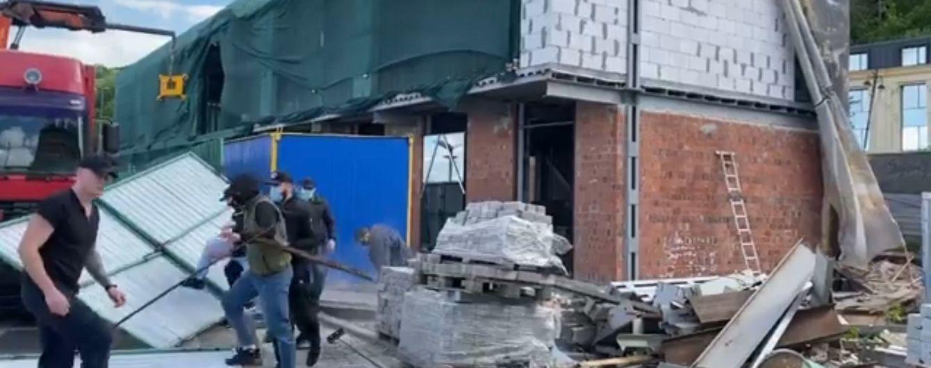 Активісти знесли паркан навколо скандального будівництва на Поштовій площі в Києві