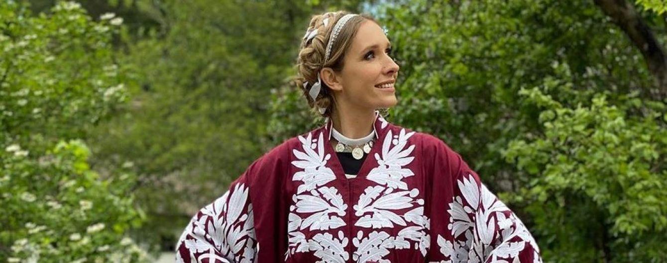 Позировала на фоне гусей: Катя Осадчая в эффектном платье-вышиванке снялась в стильной фотосессии