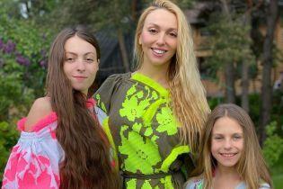 У яскравих сукнях-вишиванках від української дизайнерки: Оля Полякова показала гарні світлини з доньками