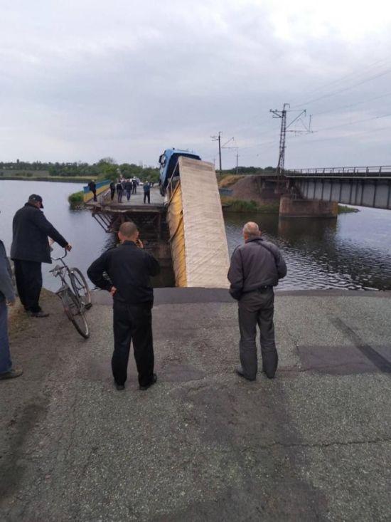 Укравтодор оприлюднив відео моменту обвалу мосту з вантажівкою біля Нікополя
