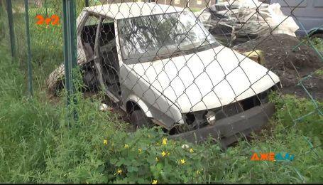 Почему брошенные машины годами гниют в столичных дворах