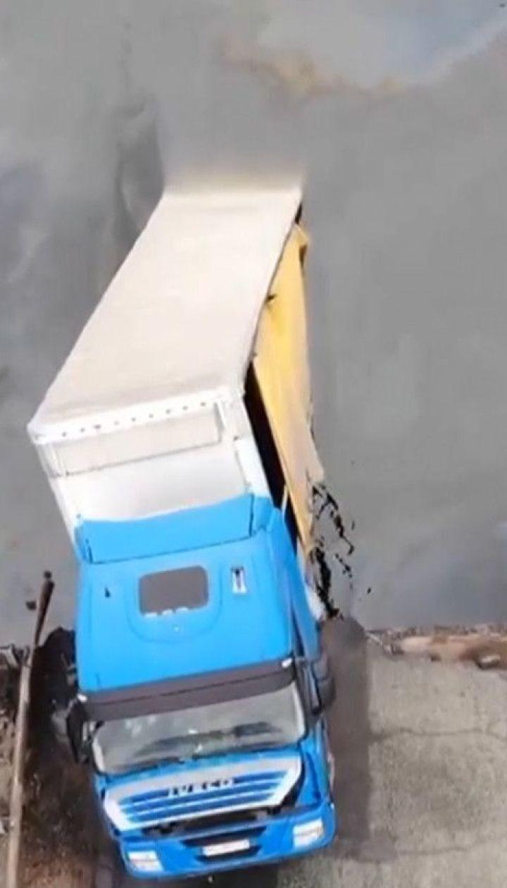Обвал мосту неподалік Нікополя: щоб витягти вантажівку поглиблять дно навколо переправи