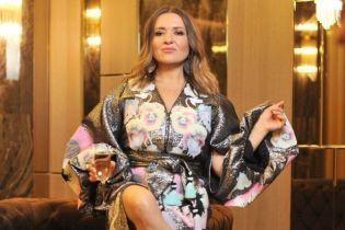 С бокалом шампанского: Наталья Могилевская в гламурном платье-вышиванке продемонстрировала стройные ноги