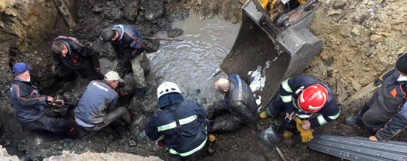 В Хмельницкой области рабочие оказались под завалами канализационного коллектора: есть жертва