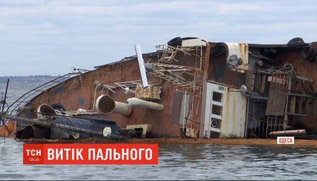 """Из танкера """"Делфи"""", затонувшего вблизи Одессы, произошла утечка горючего"""