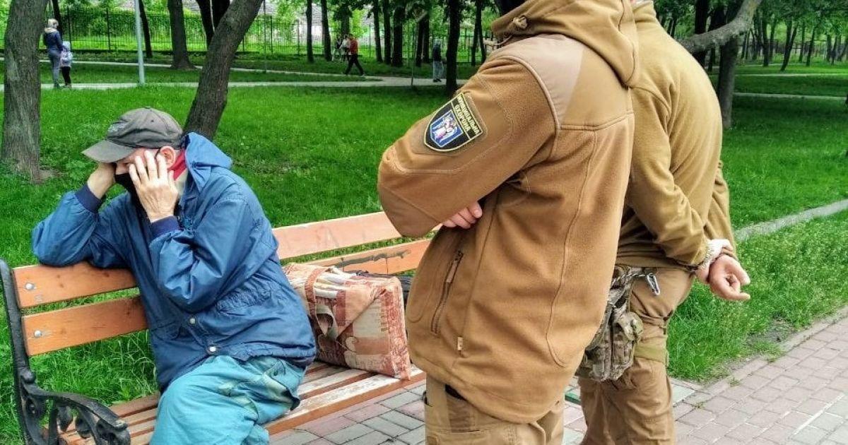 В киевском парке на скамейке самоудовлетворялся мужчина: его передали полиции