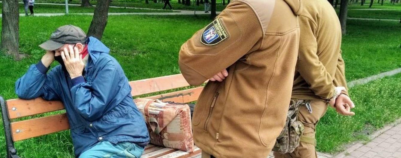 Укиївському парку на лавці самозадовільнявся чоловік: його передали поліції