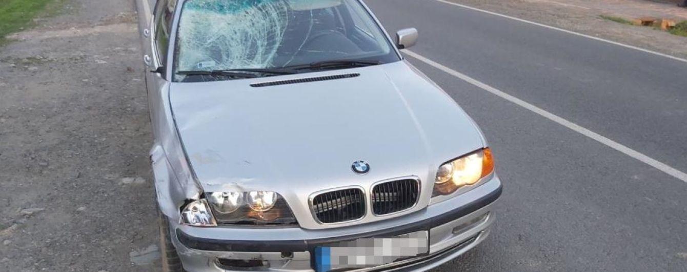 На Закарпатті п'яний водій на BMW на смерть збив велосипедиста і втік
